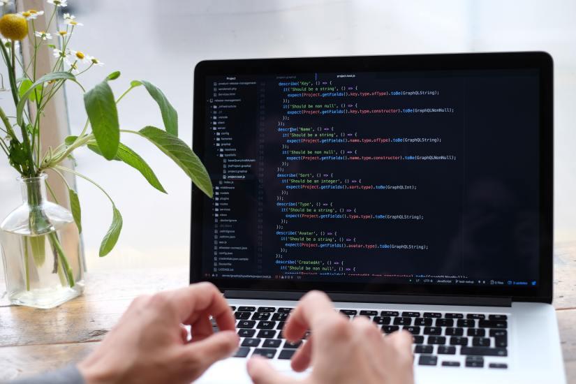 Ein Laptop mit Programmiercode
